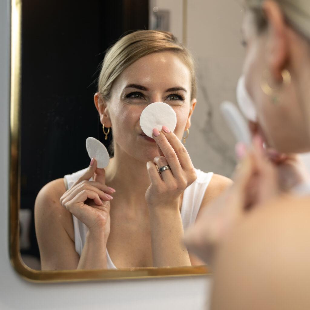modelka wyciera nos wacikami kosmetycznymi
